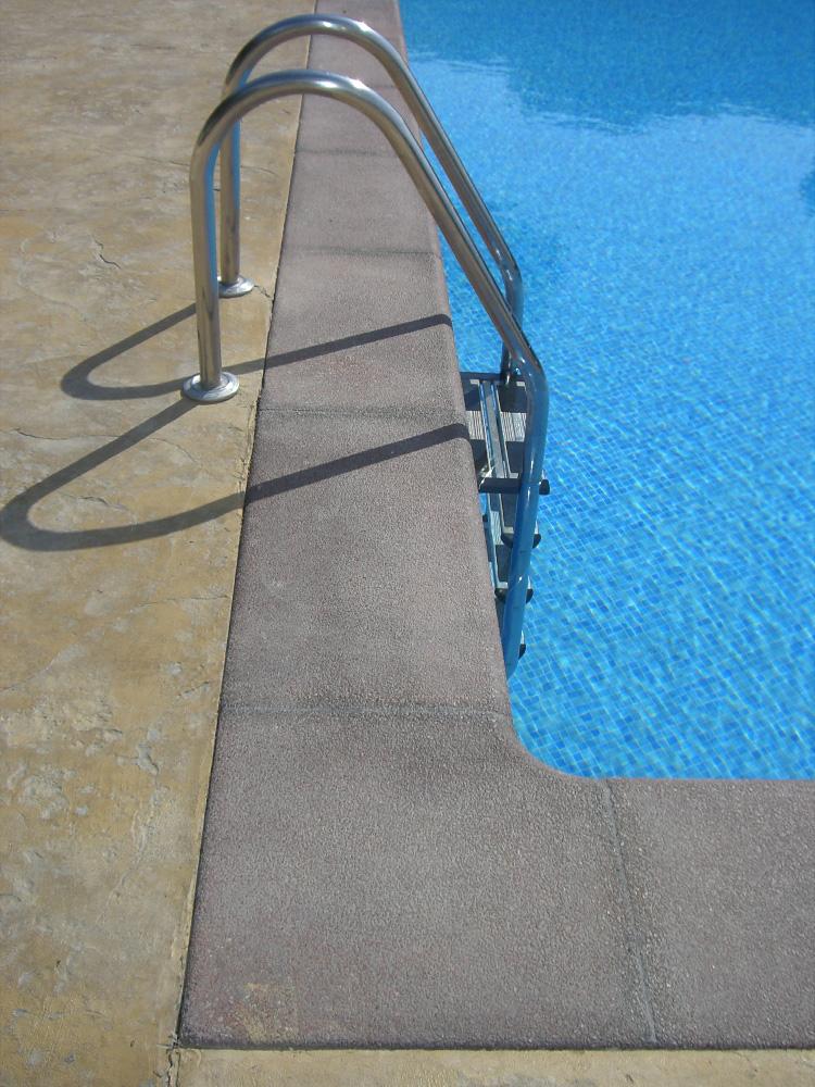 piedra-piscina-color-rojo
